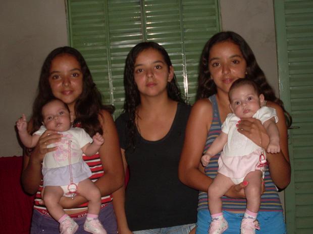 Layara, Lays e Layanne, de 13 anos, com as irmãs Larissa e Letícia, de apenas 2 meses (Foto: Acervo Pessoal)
