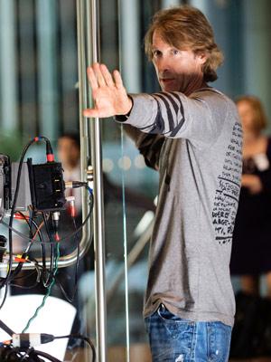O diretor Michael Bay durante as gravações do novo 'Transformers' (Foto: Divulgação)