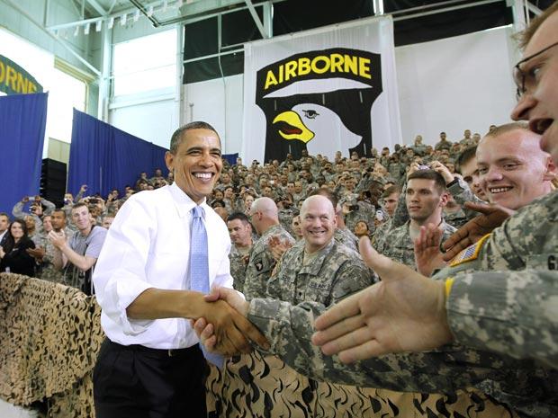 Obama cumprimenta militares que retornaram do Afeganistão em Fort Campbell, no Kentucky, nesta sexta-feira (6)  (Foto: Charles Dharapak / AP)