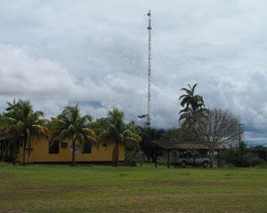 Antena leva telefone fixo aos moradores da Vila de Pitinga (Foto: Laura Brentano/G1)