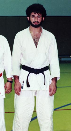 Homem que o judoca Jimmy Wu identificou como sendo Osama bin Laden é visto em foto tirada nos anos 1980 em Riad, na Arábia Saudita (Foto: Reuters)