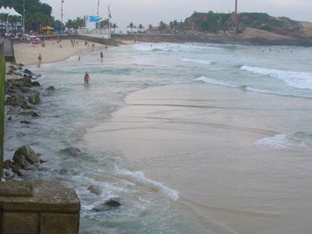 Mar invade a praia no Arpoador (Foto: Eileen Davies/VC no G1)