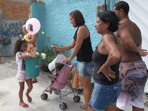 Maria Júlia, prima de Luíza, distribiu rosas pelos 12 anjos de Realengo (Foto: Alba Valéria Mendonça/G1)