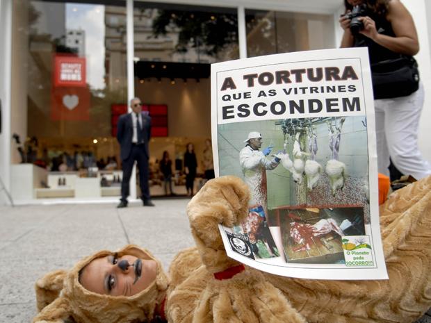 Grupo faz manifestação contra uso de pele em roupas (Foto: Anderson Barbosa/Fotoarena/AE)