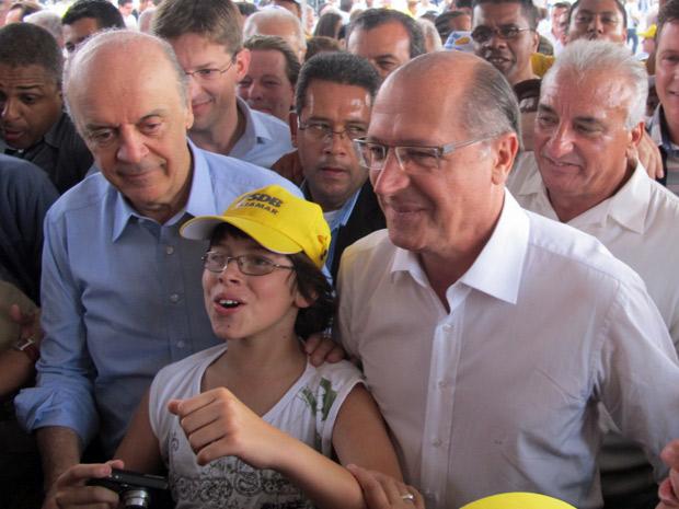 José Serra e Geraldo Alckmin são cercados por correligionários ao chegarem juntos na convenção estadual do PSDB neste sábado   (Foto: Marcelo Mora/G1)