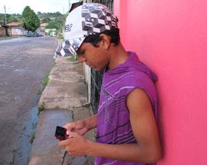 Rarisson acha mais fácil acessar o Facebook pelo celular, mesmo sem 3G (Foto: Laura Brentano/G1)