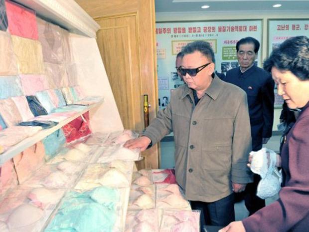 O líder norte-coreano Kim Jong-Il vistoria lingeries durante visita à fábrica de roupas Rakrang Ponghwa, em foto não datada divulgada neste domingo (8) pela agência oficial de notícias. Fotos de visitas de King a instalações do governo são comuns no país, que tem um fechado regime comunista contestado pelo Ocidente por conta de seu obscuro programa nuclear e de seus atritos com a vizinha Coreia do Sul (Foto: AFP)