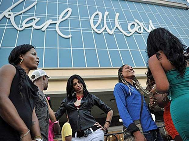 Travestis e transformistas esperam para entrar no Teatro Karl Marx. O evento foi organizado por Mariela Castro, filha do presidente de Cuba, Raúl Castro. (Foto: Adalberto Roque / AFP Photo)