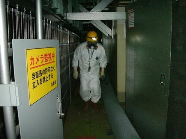 Foto divulgada pela Tepco mostra trabalhador entrando em unidade nuclear da usina de Fukushima Daiichi (Foto: AFP)