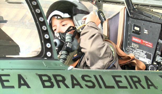 Carla Borges tem 28 anos, é tenente-aviadora e se tornou a primeira mulher a pilotar um caça da FAB (Foto: Divulgação/Força Aérea Brasileira)