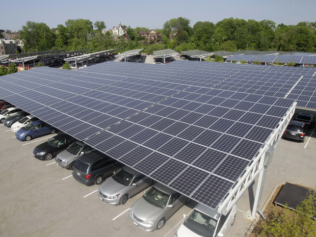 Painéis fotovoltaicos no estacionamento do zoológico de Cincinnati (Foto: Associated Press)