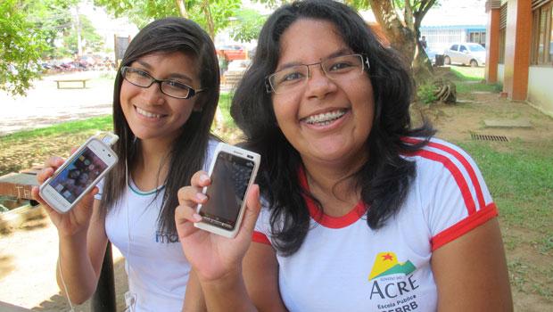 Ana Paula Diógenes e Ana Paula Mesiano preferem usar smartphone quando estão na praça (Foto: Laura Brentano/G1)