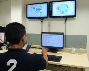O Floresta Digital conta com equipes que monitoram a internet por 24 horas (Foto: Laura Brentano/G1)