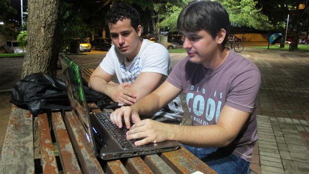 Thiago Fialho e Davi Sopchaki acessam a internet da praça para estudar (Foto: Laura Brentano/G1)