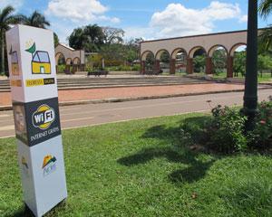 Parque da Maternidade com placa do Floresta Digital. Durante o dia, calor afasta pessoas do parque (Foto: Laura Brentano/G1)