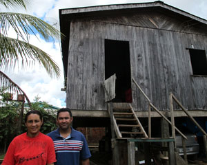 Aldecy e Lúcia não conseguem acessar a internet desde que colocaram a antena do Floresta Digital (Foto: Laura Brentano/G1)