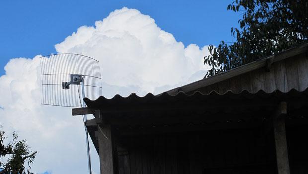 Antenas de algumas casas em Rio Branco são mal instaladas e não acessam a web (Foto: Laura Brentano/G1)