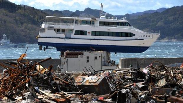 Alguns setores queriam preservar o barco no local como um monumento em memória da tragédia, mas o governo local decidiu pelo contrário. (Foto: AFP)