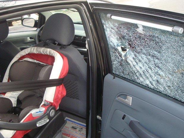 Dentista de 32 anos mostra tiro que atingiu seu carro no início de abril (Reprodução / Arquivo Pessoal)
