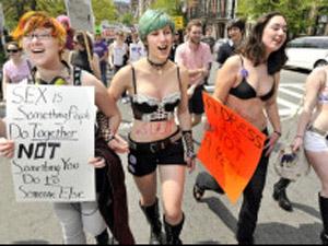 Mulheres participam do movimento 'SlutWalks'  (Foto: AP)