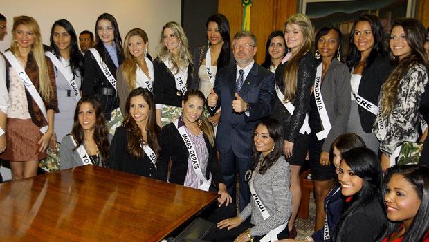 deputado Marco Maia (PT-RS), presidente da Câmara, recebe as candidatas a miss Brasil nesta terça no gabinete da presidência da Casa. Depois, elas foram ao plenário do Senado, que interrompeu a sessão por três minutos para que os parlamentares pudessem cu (Foto: Dida Sampaio / Agência Estado)