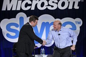 Tony Bates, CEO do Skype, (à esquerda) cumprimenta Steve Ballmer, presidente da Microsoft, após empresas fecharem acordo de US$ 8,5 bilhões (Foto: Paul Sakuma/AP)