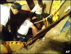 Uma equipe de resgate de 60 pessoas conseguiu desenterrar Maly (Foto: AP)