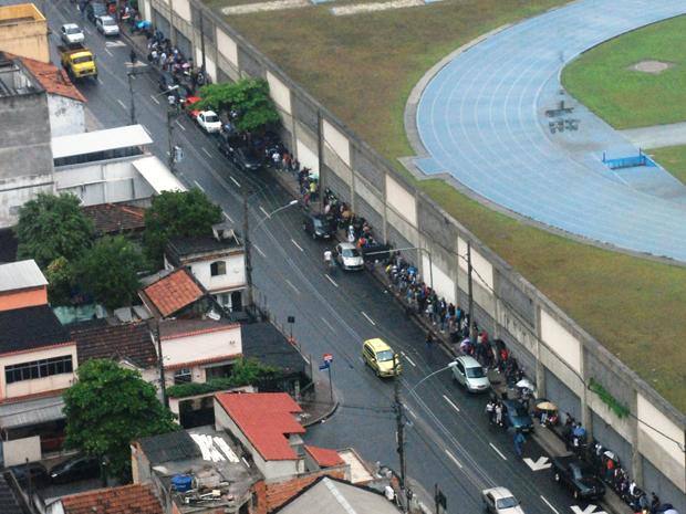 Vista aérea de fila de pessoas para compra de ingressos do Rock in Rio 2011, no Estádio Olímpico João Havelange (Engenhão), na Zona Norte do Rio de Janeiro (Foto: Agência O Globo/Genilson Araújo)