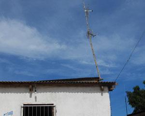 O marido de Aurenice instalou a antena da TV e da internet em um cabo de bambu (Foto: Laura Brentano/G1)