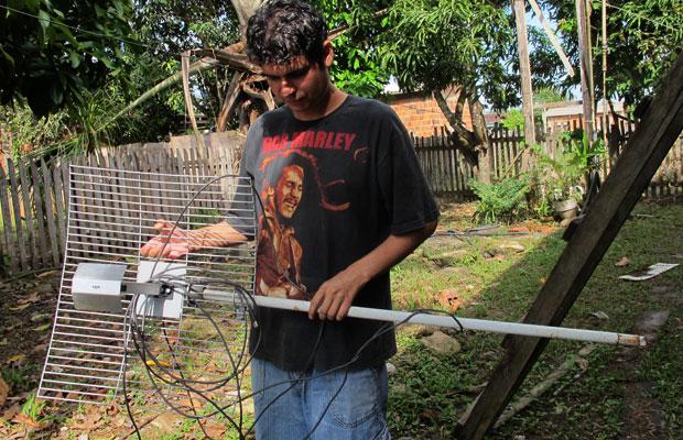 João Paulo Nunes usou um cabo de vassoura para instalar a antena em casa (Foto: Laura Brentano/G1)
