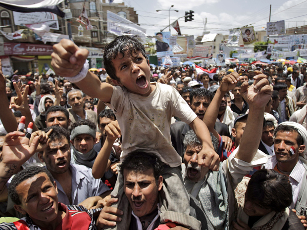 Manifestantes protestam contra o governo em Sanaa, capital do Iêmen, nesta terça-feira (10) (Foto: AP)