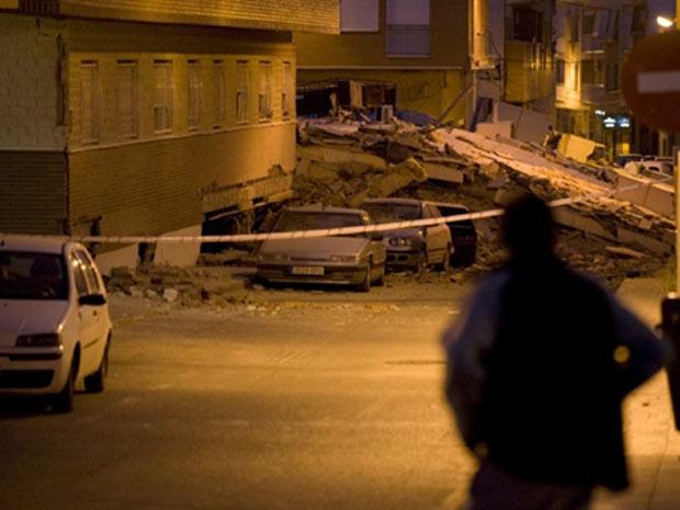 Homem observa estragos causados pelo terremoto desta quarta-feira (11) na cidade espanhola de Lorca (Foto: AFP)