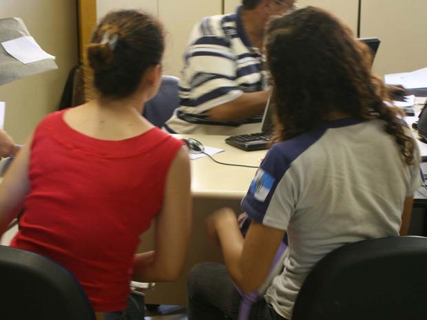 Mãe e aluna são ouvidas em delegacia no Rio (Foto: Jadson Marques/AE)