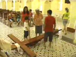 Rapaz invade igreja e agride padre durante missa na Paraíba (Foto: Reprodução/TV Globo)