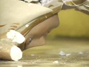 Invasor quebrou imagens sacras durante agressão a padre na Paraíba (Foto: Reprodução/TV Globo)