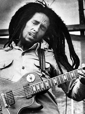 Bob Marley e sua célebre Gibson Les Paul (Foto: AP)