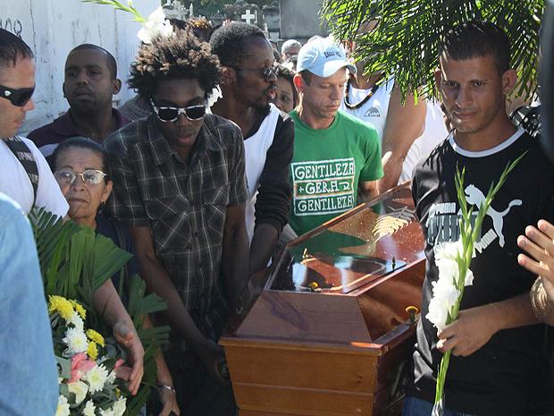 Corpo de Lacraia foi enterrado no cemitério de Inhaúma, no Rio (Foto: Futura Press)