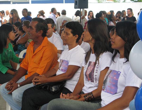 O pai de Samira e outros parentes estavam presentes na inauguração (Foto: Thamine Leta/G1)