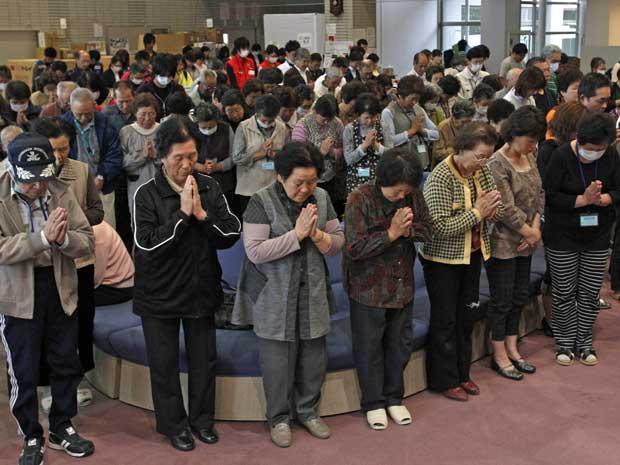 Japoneses param por um minuto (Foto: Issei Kato / Reuters)