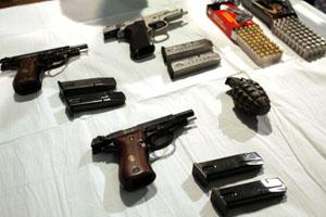 Armas apreendidas com suspeitos de atentado contra sinagogas em Nova York (Foto: Spencer Platt/AFP)
