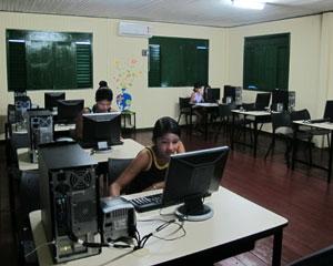 Telecentro de Afu? tem sala com acesso ? internet para estudantes (Foto: Laura Brentano/G1)