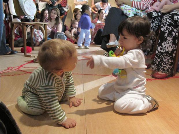 Crianças brincam em encontro que incentivou a amamentação em espaço público (Foto: Glauco Araújo/G1)