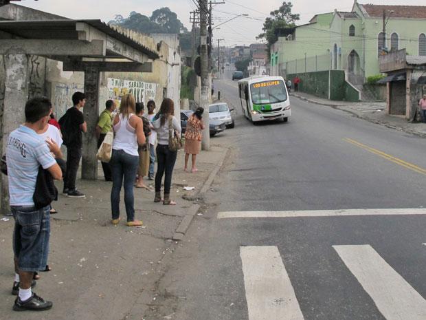 População espera ônibus na Vila Brasilândia; Metrô é muito aguardado na região (Foto: Juliana Cardilli/G1)