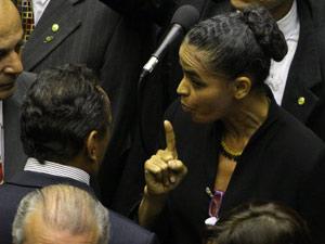A ex-senadora Marina Silva em conversa com deputado aliado na noite de quarta durante discussão do Código Florestal (Foto: Dida Sampaio / Agência Estado)