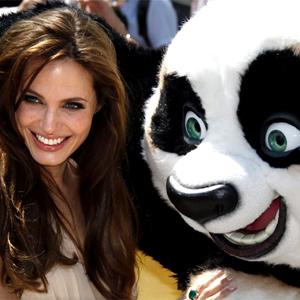 Angelina Jolie posa ao lado de 'panda' gigante em Cannes (Foto: Reuters)