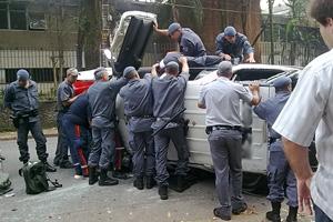 Carro da PM capotado em avenida da Zona Sul de São Paulo  (Foto: Rosemary Scarpille Santos/VC no G1)