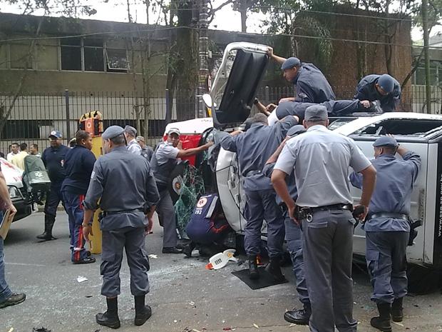 Dois policiais ficaram feridos e continuam internados (Foto: Rosemary Scarpille Santos/VC no G1)
