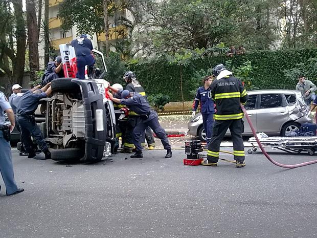 Viatura se envolveu em acidente de trânsito às 8h45 da manhã desta quinta-feira (12) (Foto: Rosemary Scarpille Santos/VC no G1)