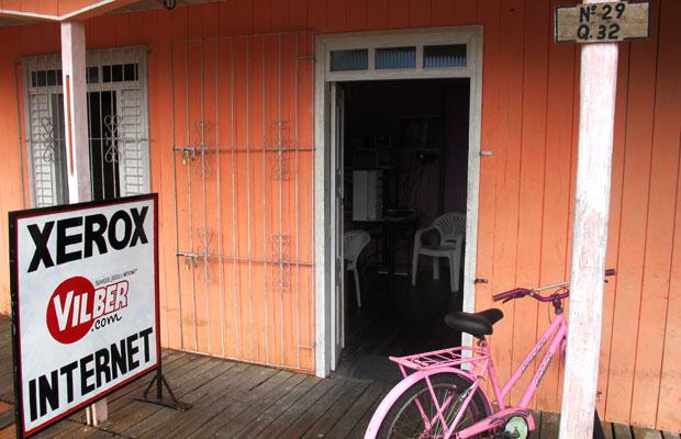 Lan house cobra R$ 1,50 para acessar a internet por uma hora (Foto: Laura Brentano/G1)