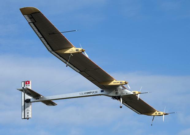 O avião experimental Solar Impulse decola nesta sexta-feira (13) de Payerne, na Suíça, rumo a Bruxelas, na Bélgica, em sua primeira viagem internacional. (Foto: AP)